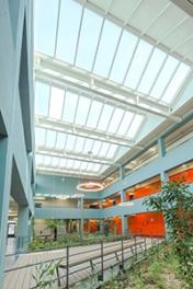 [VELUX - Nouveau principe d'éclairage zénithal pour les bâtiments tertiaires : les verrières modulaires VELUX]